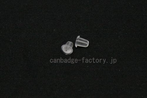 ピアスキャッチで缶バッジの落下防止の写真