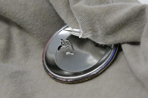 ピアスキャッチが缶バッジの落下防止に役立っている写真
