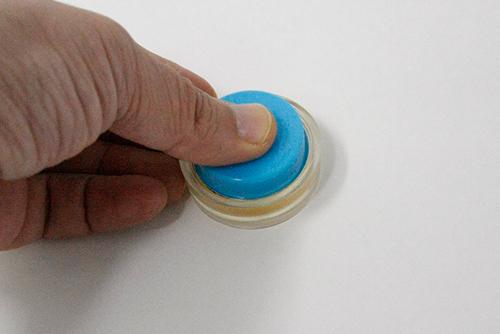 くるみボタンをプレスする
