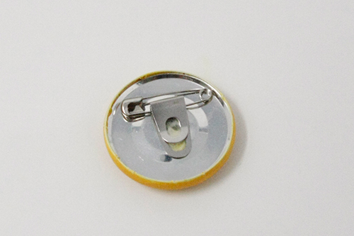 安全ピンを缶バッチの裏につける