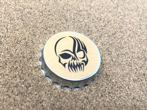 ドクロのイラストの王冠缶バッジ